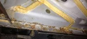 Korrosionsskador framtr äder tydligt på underredet efte r demontering av plastkåporna samt rengöring. D enna bil är endast några år gamma l.